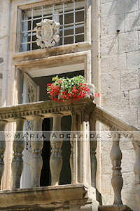 Korčula - escada com flores - flowers on staircase